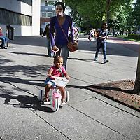 Nederland, Amsterdam Zuid Oost , 11 augustus 2010..De directe leefomgeving van journaliste Else Lenselink in de Bijlmer in Amsterdam Zuid Oost, samen met een Ghanese buurman...The multicultural district Bijlmer in Amsterdam.