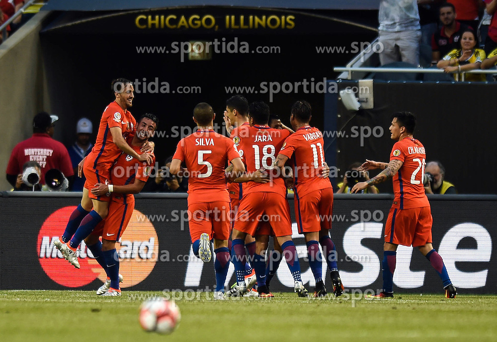 23.06.2016, Soldier Field, Chicago, USA, Coppa America, Kolumbien vs Chile, Halbfinale, im Bild Chile's players celebrate for goal // during the Semi final match of Copa America Centenario between Colombia and Chile at the Soldier Field in Chicago, United States on 2016/06/23. EXPA Pictures &copy; 2016, PhotoCredit: EXPA/ Photoshot/ Bao Dandan<br /> <br /> *****ATTENTION - for AUT, SLO, CRO, SRB, BIH, MAZ only*****