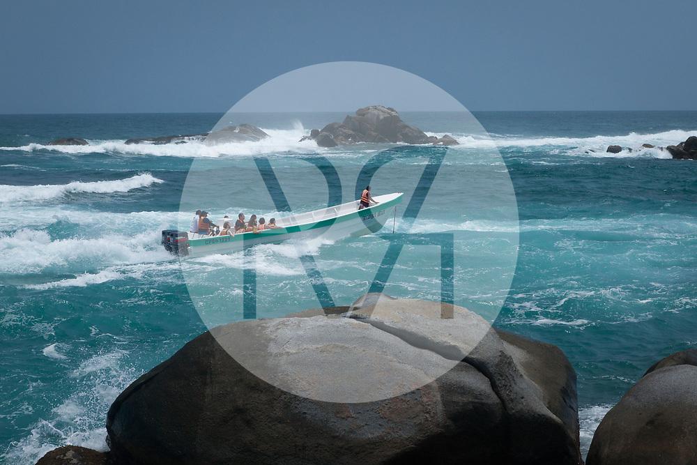 KOLUMBIEN - PARK TAYRONA - Motorboot 'Arcangel Ariel' kommt in 'El Cabo de San Juan' im Tayrona Nationalpark an -  08. April 2014 © Raphael Hünerfauth - http://huenerfauth.ch