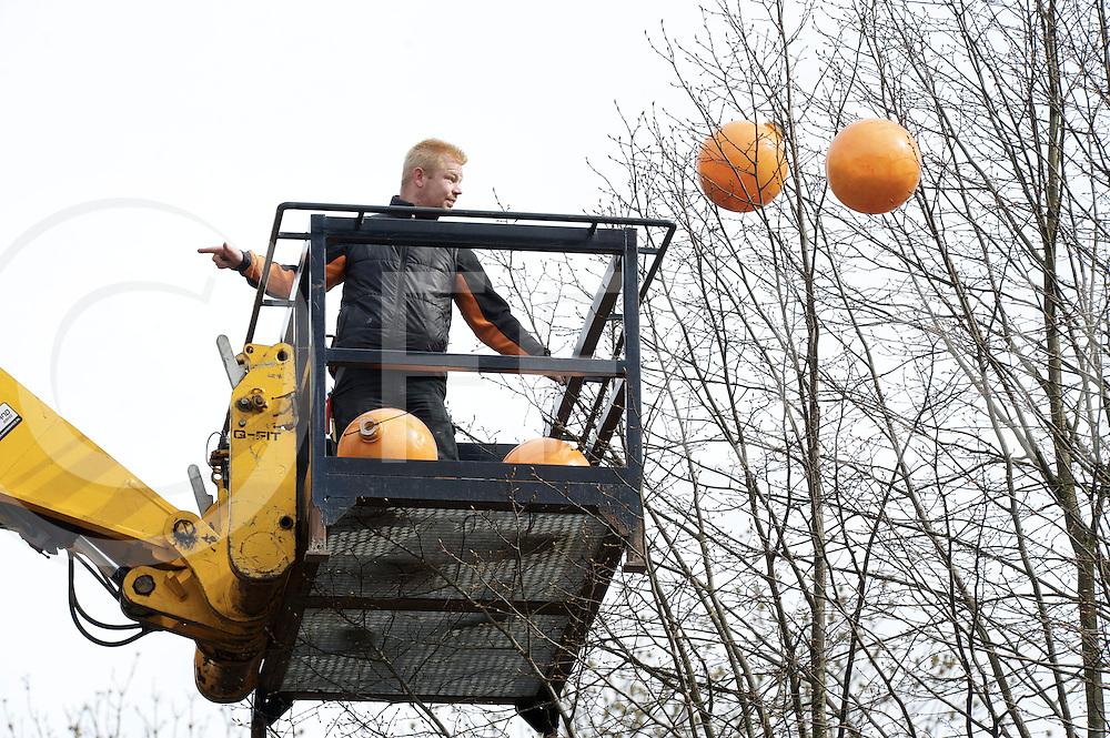 GRAMSBERGEN - Oranje bollen..Foto: Bij de Mommerie werden oranje bollen in de bomen aangebracht..FFU PRESS AGENCY COPYRIGHT FRANK UIJLENBROEK.