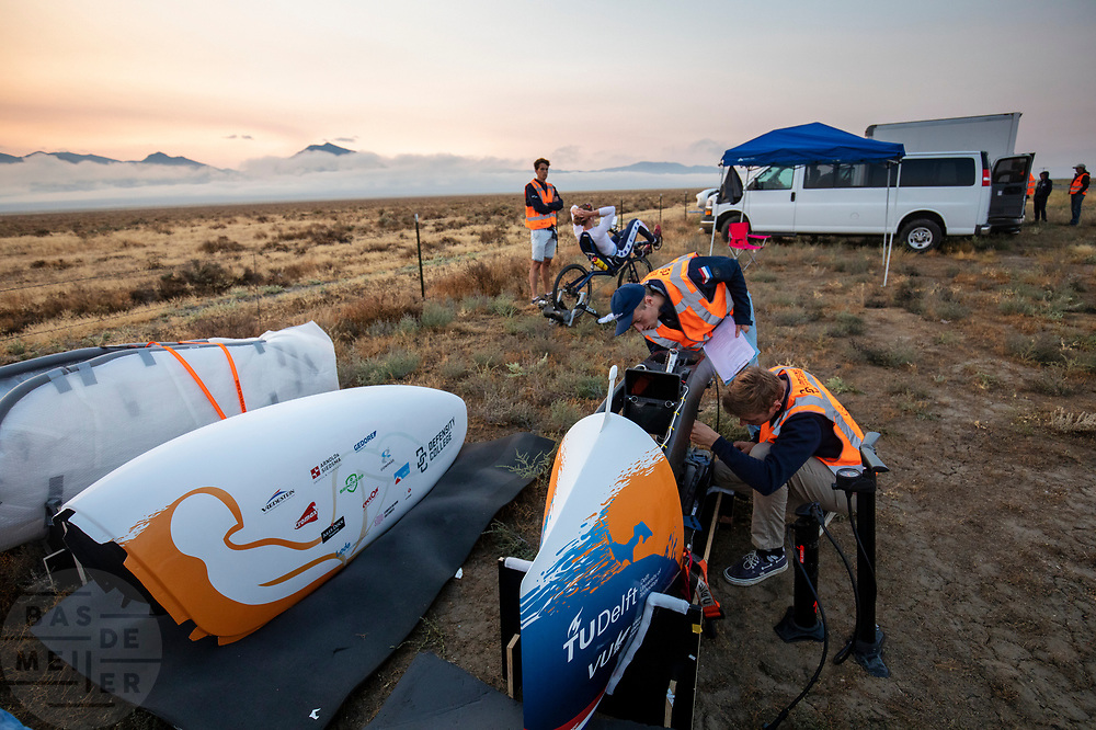 Op zondagochtend vinden de kwalificaties plaats. Het Human Power Team Delft en Amsterdam, dat bestaat uit studenten van de TU Delft en de VU Amsterdam, is in Amerika om tijdens de World Human Powered Speed Challenge in Nevada een poging te doen het wereldrecord snelfietsen voor vrouwen te verbreken met de VeloX 9, een gestroomlijnde ligfiets. Het record is met 121,81 km/h sinds 2010 in handen van de Francaise Barbara Buatois. De Canadees Todd Reichert is de snelste man met 144,17 km/h sinds 2016.<br /> <br /> With the VeloX 9, a special recumbent bike, the Human Power Team Delft and Amsterdam, consisting of students of the TU Delft and the VU Amsterdam, wants to set a new woman's world record cycling in September at the World Human Powered Speed Challenge in Nevada. The current speed record is 121,81 km/h, set in 2010 by Barbara Buatois. The fastest man is Todd Reichert with 144,17 km/h.