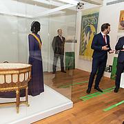 NLD/Amsterdam/20181003 - Koning opent tentoonstelling 1001 vrouwen in de 20ste eeuw, Tom van der Molen laat aan de Koning de wieg zien die bij de geboorte van Juliana aan Wilhelmina werd geschonken door door de vrouwen en meisjes van Amsterdam