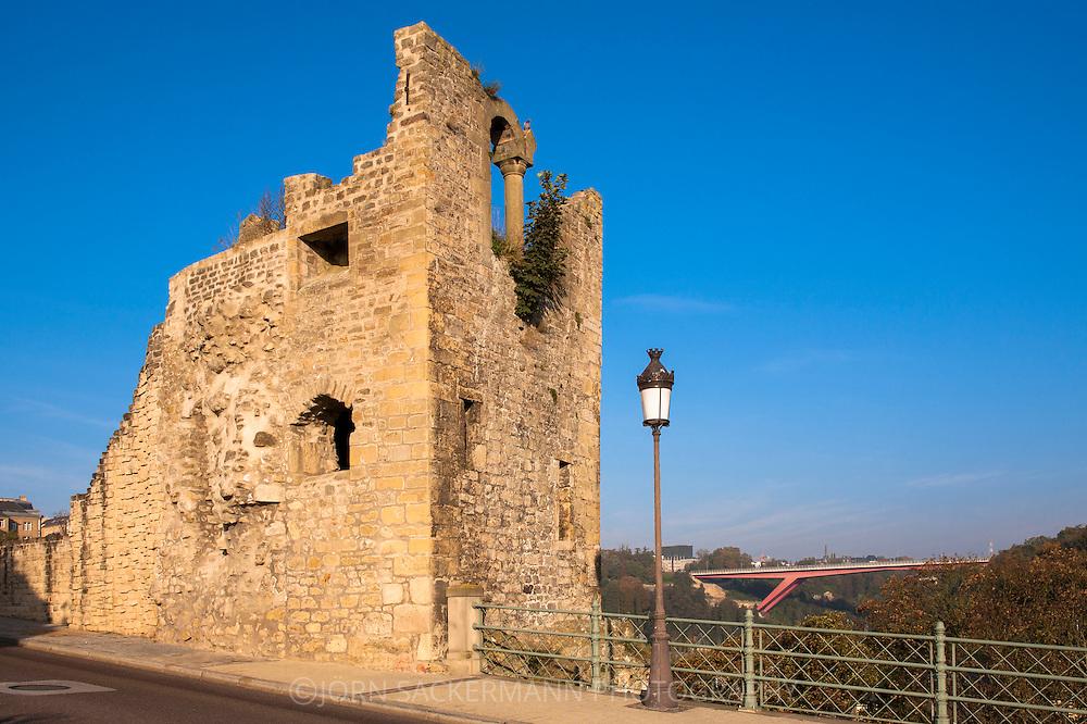 LUX, Luxembourg, city of Luxembourg, remains of a tower of the Castle Bridge, in the background the Grand Duchess Charlotte bridge.<br /> <br /> LUX, Luxemburg, Stadt Luxemburg, Turmruine der Schlossbruecke, im Hintergrund die Grossherzogin Charlotte Bruecke.