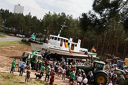 """""""Schiffstaufe"""" und Einweihung des Mahnmals gegen eine gestrandete Atommüllpolitik: Das ausgemusterte Greenpeace-Schiff Beluga im Gorlebener Forst."""