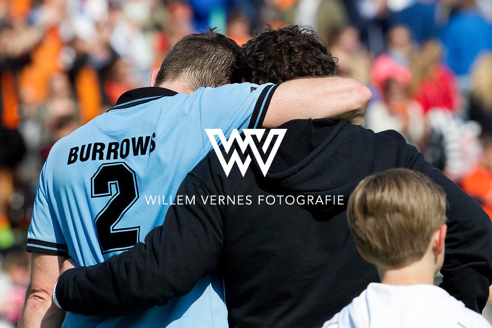 Eindhoven - OZ - HGC Heren, Hoofdklasse Hockey Heren, Seizoen 2015-2016, 01-05-2016, OZ - HGC 3-0, Phil Burrows en Jan Jorn van 't Land zoeken troost bij elkaar.