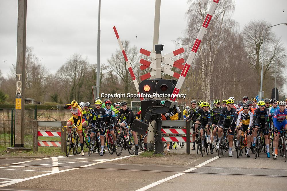23-03-2019: Wielrennen: Drentse Dorpenomloop: Assen<br />-wielrennen - Assen - Drenthe - KNWU<br />peloton moest wachten op de trein