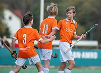 BLOEMENDAAL - Tobias Bovelander (Bldaal) heeft gescoord, links Robbert van Eck,  tijdens de competitiewedstrijd hockey jongens B , Bloemendaal JB1-Breda JB1 (3-2)  , COPYRIGHT KOEN SUYK