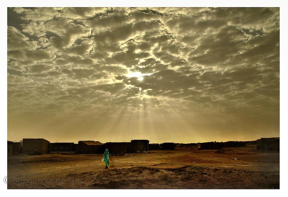 A Sahrawi woman walk in the The Sahrawi Arab Democratic Republic refugee camps in Argelia. on January 2005. Photo by Bernardo De Niz