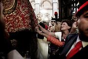 NAPOLI. FOLLA DI FEDELI BACIA IL BUSTO DI SAN GENNARO PORTATO IN PROCESSIONE