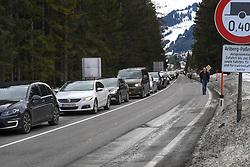 13.03.2020, St. Anton am Arlberg, AUT, Coronavirus in Österreich, Abreise der Urlaubsgäste von St. Anton am Arlberg, Zwei besonders vom Coronavirus betroffene Gebiete in Tirol werden gemäß Beschluss der Bundesregierung für zwei Wochen unter Quarantäne gestellt. Betroffen sind das Paznauntal mit Tourismus-Hotspots wie Ischgl und Galtür sowie St. Anton am Arlberg, im Bild Kontrollen der Polizei am Ortsende von St Anton am Arlberg // during Two areas in Tyrol that are particularly affected by the corona virus are being quarantined for two weeks according to a decision by the federal government. The Paznaun Valley is affected with tourism hotspots such as Ischgl and Galtür as well as St. Anton am Arlberg. St. Anton am Arlberg, Austria on 2020/03/13. EXPA Pictures © 2020, PhotoCredit: EXPA/ Erich Spiess