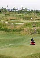 BADHOEVEDORP - GOLF - Greenkeeper aan het werk op een green van Amsterdam International Golfbaan, bij Schiphol.rollen van de green.  COPYRIGHT KOEN SUYK