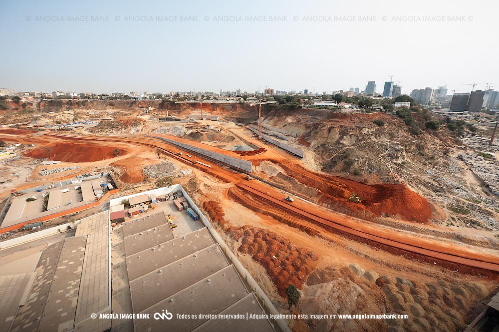 Vista aérea da cidade Luanda, capital de Angola. Obras na Boavista - o novo Eixo Viário de Luanda