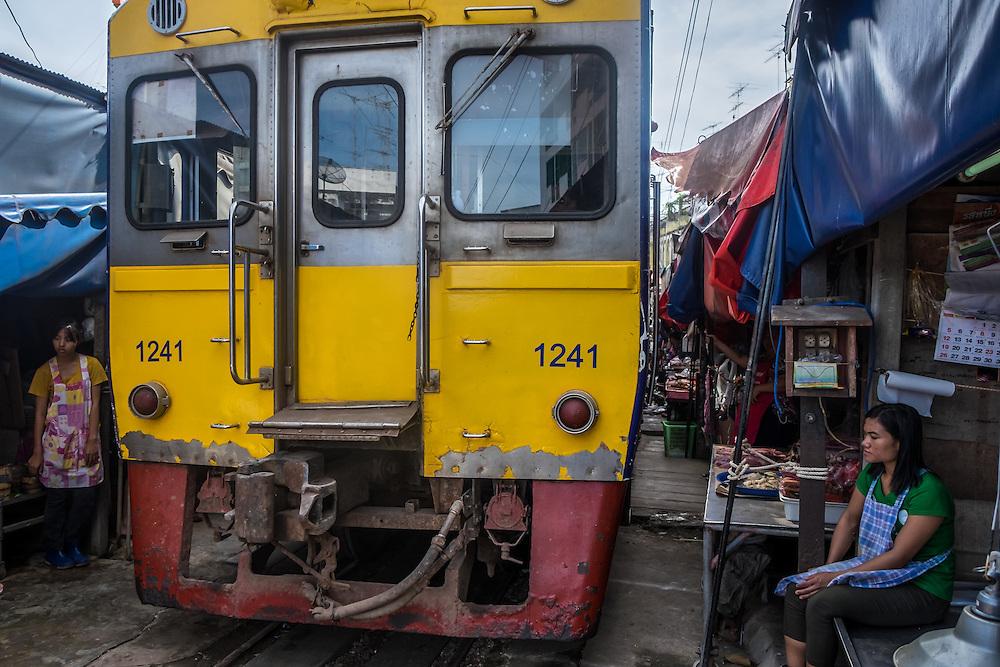 MAE KLONG - TAHILAND - CIRCA SEPTEMBER 2014: Train approaching the stalls at the Maeklong Railway Market