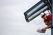 Tobias Molenaar, de organisator, legt de wedstrijd uit. In Nieuwegein wordt het NK Fietskoerieren gehouden. Fietskoeriers uit Nederland strijden om de titel door op een parcours het snelst zoveel mogelijk stempels te halen en lading weg te brengen. Daarbij moeten ze een slimme route kiezen.<br /> <br /> Tobias Molenaar explains the race. In Nieuwegein bike messengers battle for the Open Dutch Bicycle Messenger Championship.