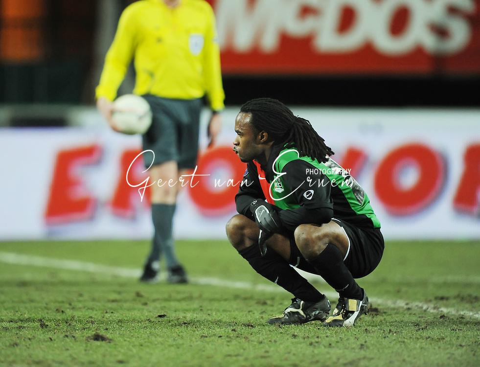 18-02-2009: voetbal: NEC - Hamburger SV: Nijmegen: UEFA Cup<br /> Lorenzo DAVIDS zit minutenlang ontgoocheld op het veld<br /> Fotograf: Geert van Erven