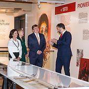 NLD/Amsterdam/20181003 - Koning opent tentoonstelling 1001 vrouwen in de 20ste eeuw, Koning Willem Alexanderkrijgt rondleiding door het museum