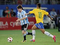 FUSSBALL   INTERNATIONAL   Testspiel  in  Doha  17.11.2010 Argentinien - Brasilien Lionel MESSI (li, Argentinien) gegen NEYMAR (Brasilien)