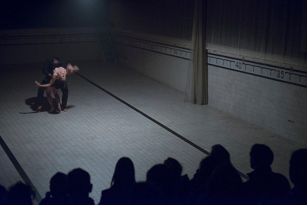 CAROL PRIEUR : LA NEIGE BLEUE au Bain Saint-Michel le Dimanche 21 octobre 2012 avec Carol Prieur, danse; Tony Chong, chorégraphe; François Marceau, éclairages; Marilène Bastien, costumes. Duo dansé par Lucie Vigneault et Mark Eden-Towle en première partie.
