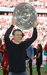 18.05.2019, Allianz Arena, Muenchen, GER, 1. FBL, FC Bayern Muenchen vs Eintracht Frankfurt, 34. Runde, Meisterfeier nach Spielende, im Bild Cheftrainer Niko Kovac mit Meisterschale // during the celebration after winning the championship of German Bundesliga season 2018/2019. Allianz Arena in Munich, Germany on 2019/05/18. EXPA Pictures © 2019, PhotoCredit: EXPA/ SM<br /> <br /> *****ATTENTION - OUT of GER*****