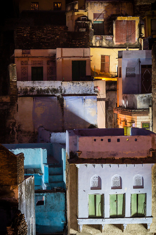 From any rooftop in Bundi, it is possible to see the maze of the colored rooftops of the old part of town. During the evening, when the lights go on, thris colors are accentuated.