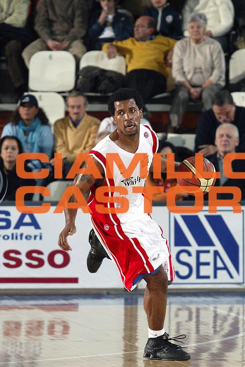 DESCRIZIONE : Varese Lega A1 2005-06 Whirlpool Varese Basket Livorno<br />GIOCATORE : Collins<br />SQUADRA : Whirlpool Varese<br />EVENTO : Campionato Lega A1 2005-2006<br />GARA : Whirlpool Varese Basket Livorno<br />DATA : 30/12/2005<br />CATEGORIA : Palleggio<br />SPORT : Pallacanestro<br />AUTORE : Agenzia Ciamillo-Castoria/S.Ceretti