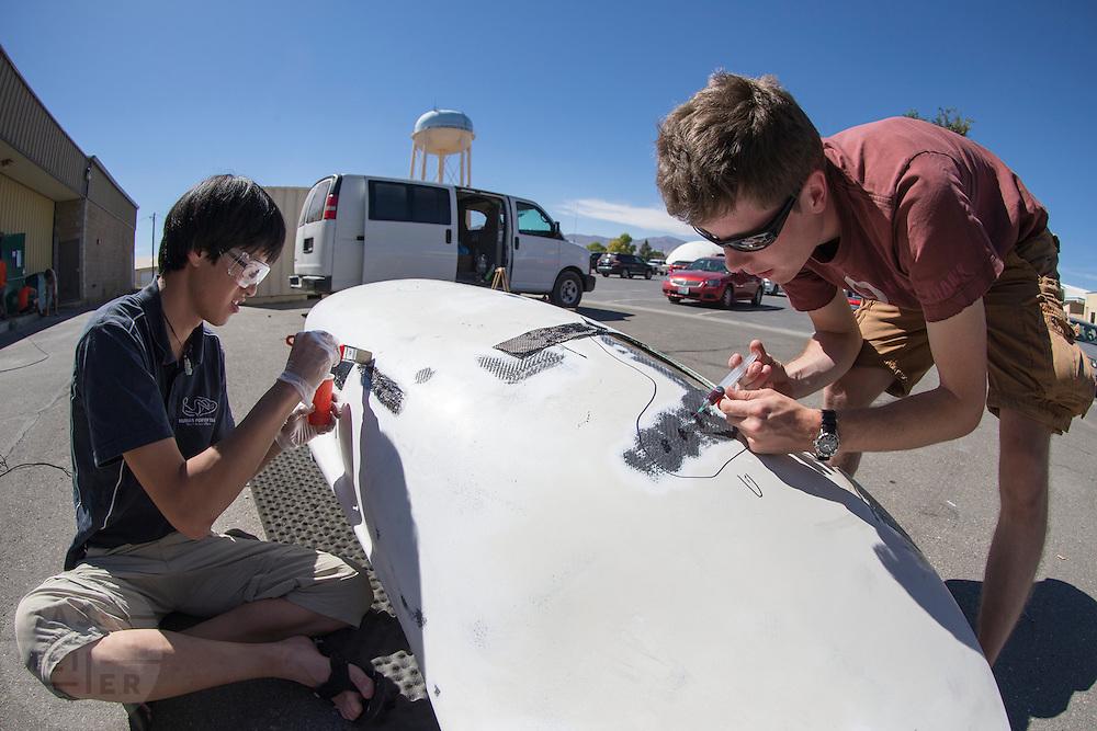 Eduard lamineert de beschadigde VeloX2, Johan injecteert de fiets met hars om het weer te verstevigen. In de buurt van Battle Mountain, Nevada, strijden van 10 tot en met 15 september 2012 verschillende teams om het wereldrecord fietsen tijdens de World Human Powered Speed Challenge. Het huidige record is 133 km/h.<br /> <br /> Near Battle Mountain, Nevada, several teams are trying to set a new world record cycling at the World Human Powered Vehicle Speed Challenge from Sept. 10th till Sept. 15th. The current record is 133 km/h.
