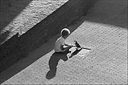 Nederland, Nijmegen, 15-9-1984Een kind lokt een duif om het dier te voeren.Lichtspel op de bestrating.Foto: Flip Franssen/Hollandse Hoogte
