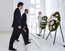 US-Präsident Barack Obama und Japans Premier Shinzo Abe beim Gedenken an die Opfer des japanischen Angriffs auf Pearl Harbor vor 75 Jahren / 271216<br /> <br /> <br /> <br /> ***Japanese Prime Minister Shinzo Abe and U.S. President Barack Obama lay wreaths at the USS Arizona Memorial at Pearl Harbor in Hawaii on Dec. 27, 2016, to commemorate those who died in the Japanese surprise attack in 1941.<br /> ***