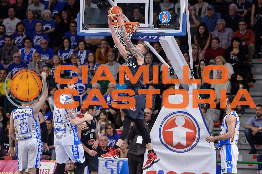 DESCRIZIONE : Beko Legabasket Serie A 2015- 2016 Dinamo Banco di Sardegna Sassari - Pasta Reggia Juve Caserta<br /> GIOCATORE : Micah Downs<br /> CATEGORIA : Schiacciata Sequenza Controcampo<br /> SQUADRA : Pasta Reggia Juve Caserta<br /> EVENTO : Beko Legabasket Serie A 2015-2016<br /> GARA : Dinamo Banco di Sardegna Sassari - Pasta Reggia Juve Caserta<br /> DATA : 03/04/2016<br /> SPORT : Pallacanestro <br /> AUTORE : Agenzia Ciamillo-Castoria/L.Canu