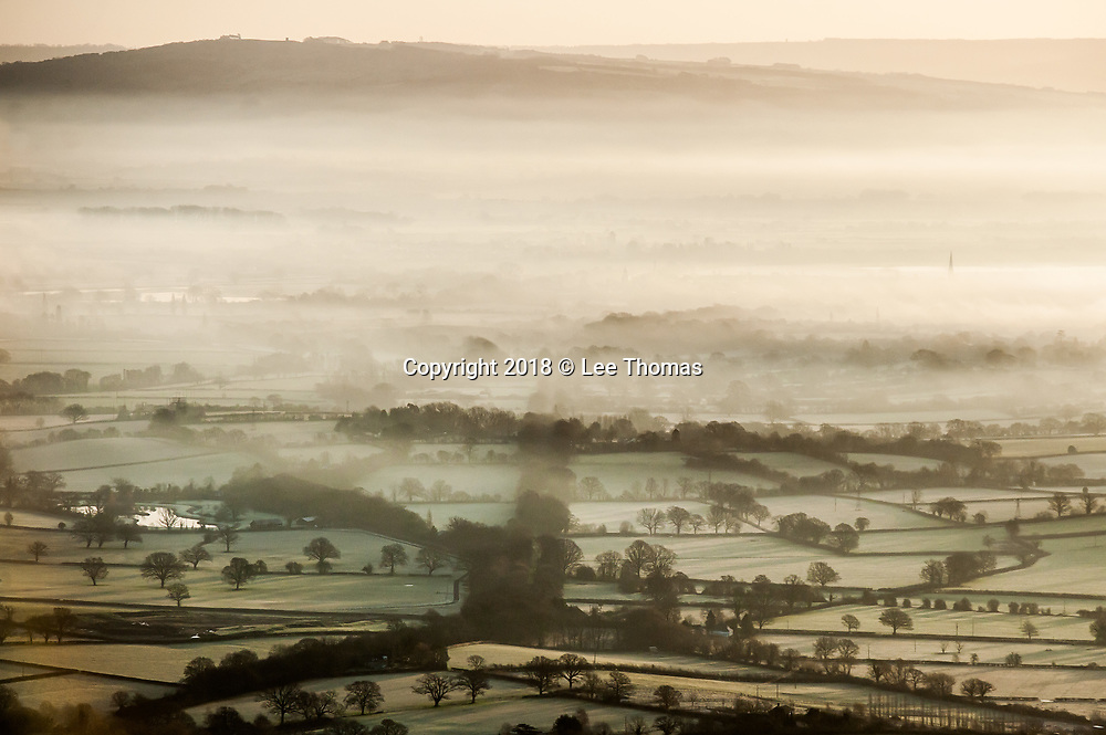 Malvern Hills, Worcestershire, UK. 30th January 2018.  A cold and frosty sunrise on the Malvern Hills. Pictured: Frost and low lying mist envelop the river plain surrounding Upton-Upon-Severn. // Lee Thomas. Tel. 07784142973. Email: leepthomas@gmail.com www.leept.co.uk (0000635435)