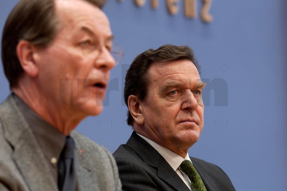 06 FEB 2004, BERLIN/GERMANY:<br /> Franz Muentefering (L), SPD Fraktionsvorsitzender, und Gerhard Schroeder (R), SPD, Bundeskanzler und SPD Parteivorsitzender, waehrend der Pressekonferenz zur Bekanntgabe von Schroeders Ruecktritt vom Parteivorsitz, Bundespressekonferenz<br /> IMAGE: 20040206-03-015<br /> KEYWORDS: Gerhard Schr&ouml;der, Franz M&uuml;ntefering, BPK, R&uuml;cktritt,