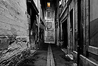 Dark alley located inside the city of Avignon
