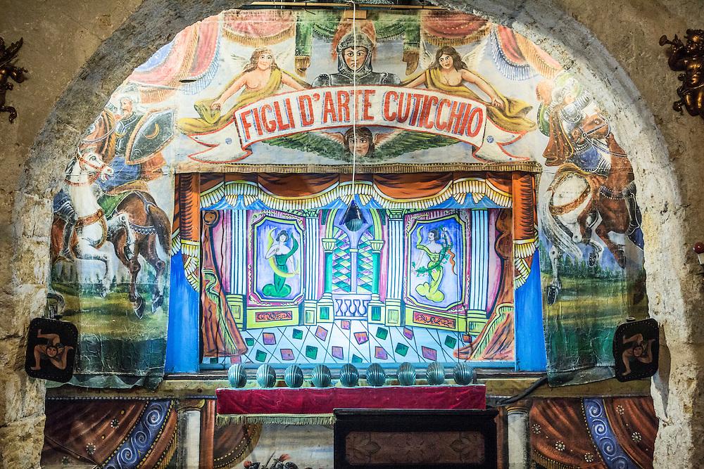 PALERMO - 26 DICEMBRE 2015: Il palcoscenico del teatro dei pupi dell'Associazione  &quot;Figli d'Arte Cuticchio&quot;, fondata da Mimmo Cuticchio, in via Bara all'Olivella a Palermo, il 26 dicembre 2015.<br /> <br /> Mimmo Cuticchio &egrave; un importante erede della tradizione dei cuntisti siciliani e dell'Opera dei Pupi, oggi iscritta tra i Patrimoni orali e immateriali dell'umanit&agrave; dell'UNESCO. Figlio del noto puparo Giacomo Cuticchio, nel 1973 apre a Palermo il Teatro dei Pupi Santa Rosalia. Nel 1977 fonda l'Associazione figli d'Arte Cuticchio, che si prefigge di salvaguardare l'arte dell'Opera dei Pupi.