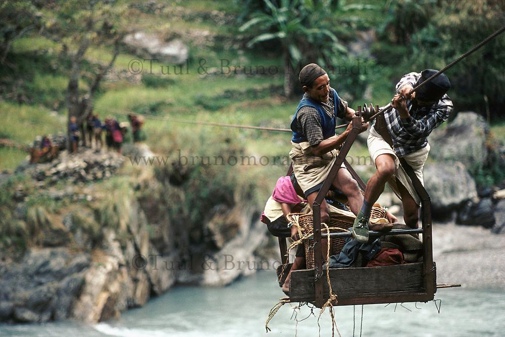 """Nepal, region du Ganesh Himal, traversé de la rivière Trisuli sur un cable par des hommes d'ethnie Gurung. // Nepal, Ganesh Himal area, gurung ethnic group mans crossing the Trisuli river on the """"cable car"""""""