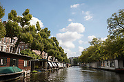 In Amsterdam liggen woonboten in de Singelgracht bij de Nicolaas Witsenkade.<br /> <br /> In Amsterdam, houseboats are located in the Singelgracht near Nicolaas Witsenkade.