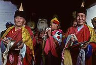 Mongolia. Naadam of childrens  Nangadel       /  Un père et sa fille. (Nangadel, sum de Qudjirt, aymag de Ovorqangay : Mongolie) /  Spectateurs à cheval à la fête sportive locale, un père et sa fille assise devant la selle, ont fait un effort d'habillement : deel de sortie à longues manches (ici rabattues) pour l'homme, gros rubans à cheveux pour la fillette.   /      50