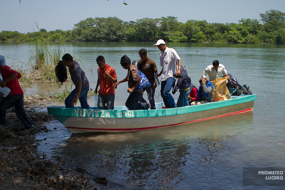 Migrants descend from a boat from San Pedro River, north of Guatemala in La Palma, south of Mexico. (Photo: Prometeo Lucero)