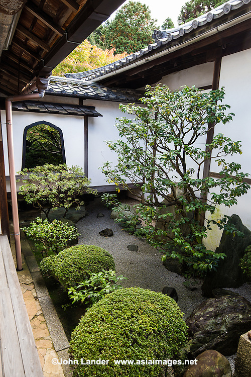 Daiho-in Courtyard Garden - Daiho-in is a sub-temple of Myoshin-ji and was founded in 1625 as a family temple for the Nobuyuki clan. Its main feature is a roji moss garden.  Daiho-in is at its best in November when the maple trees show their deep red beauty.  The temple is only open to the public during the high seasons of autumn and spring.