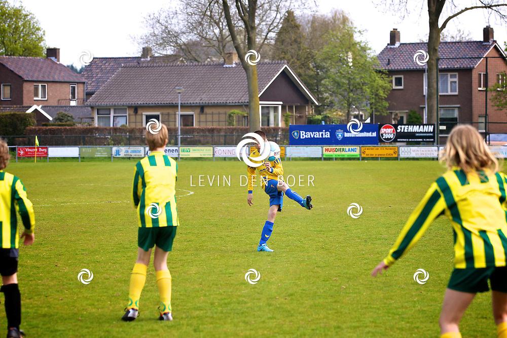 HURWENEN - Op het terrein van VV-Hurwenen spelen de twee G-Teams tegen elkander voor de Cup. Met op de foto het G-Team Huro uit Hurwenen en De Panters van VV Brederodes uit Vianen. FOTO LEVIN DEN BOER - PERSFOTO.NU