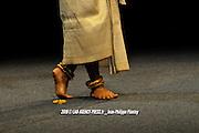 Cinq danses classiques et folkoriques issues de l'Inde, du Bangladesh, du Cambodge et du Laos sont interpr&eacute;t&eacute;s sur la sc&egrave;ne de l'H&ocirc;tel de Paris<br /> <br /> Rabam Kbach Borann est tir&eacute;e des Apsaras, danseuses c&eacute;l&eacute;stes.