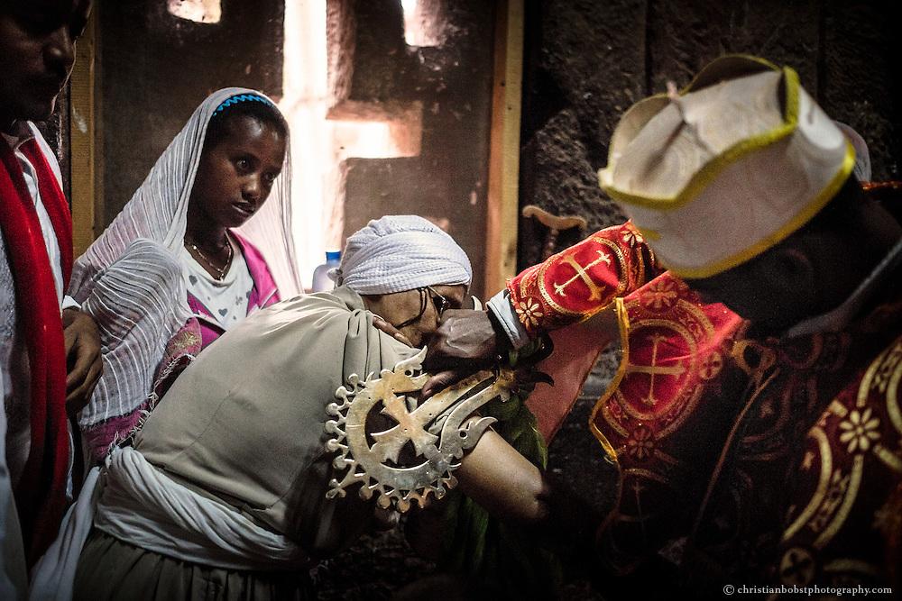 Die Pilger glauben, dass die Segnung mit dem Lalibela Kreuz körperliche Gebrechen heilt.
