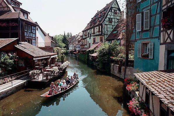 Frankrijk, Elzas, 7-7-2002De oude binnenstad van Colmar. Toeristen worden rondgevaren. Toerisme Vakwerkhuizen.Architectuur, stadsgezicht.Foto: Flip Franssen/Hollandse Hoogte