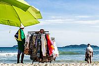 Vendedor ambulante na Praia dos Açores. Florianópolis, Santa Catarina, Brasil. / Peddler at Acores Beach. Florianopolis, Santa Catarina, Brazil.