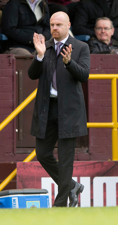 Burnley manager Sean Dyche encourages his team during the Sky Bet Championship match at Turf Moor, Burnley<br /> Picture by Russell Hart/Focus Images Ltd 07791 688 420<br /> 22/11/2015