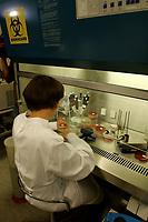 31 OCT 2001, BERLIN/GERMANY:<br /> Eine Mitarbeiterin des Robert-Koch-Instituts, RKI, vermehrt E.Coli Bakterienkulturen in Naehrloesungen vermehrt, Sicherheitslabor, Robert-Koch-Institut<br /> IMAGE: 20011031-01-014<br /> KEYWORDS: Bakterien, Vieren, Labor