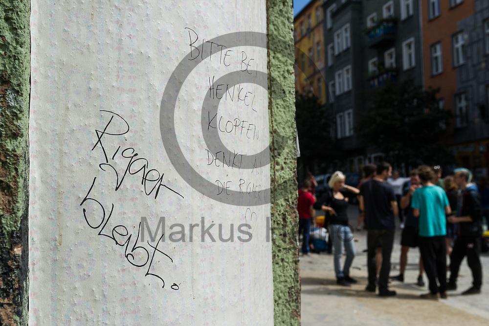 &quot;Rigaer bleibt&quot; steht am 05.07.2016 in Berlin, Deutschland an einer Hausecke des Dorfplatzes in der Rigaer Stra&szlig;e. Foto: Markus Heine / heineimaging<br /> <br /> ------------------------------<br /> <br /> Ver&ouml;ffentlichung nur mit Fotografennennung, sowie gegen Honorar und Belegexemplar.<br /> <br /> Bankverbindung:<br /> IBAN: DE65660908000004437497<br /> BIC CODE: GENODE61BBB<br /> Badische Beamten Bank Karlsruhe<br /> <br /> USt-IdNr: DE291853306<br /> <br /> Please note:<br /> All rights reserved! Don't publish without copyright!<br /> <br /> Stand: 07.2016<br /> <br /> ------------------------------
