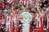 Fussball 1. Bundesliga :  Saison   2009/2010   34. Spieltag   Hertha BSC Berlin - FC Bayern Muenchen    08.05.2010 (v. li.) JUBEL mit Meisterschale Diego Contento, Mark van Bommel, Mario Gomez, Bastian Schweinsteiger, Franck Ribery (FCB)