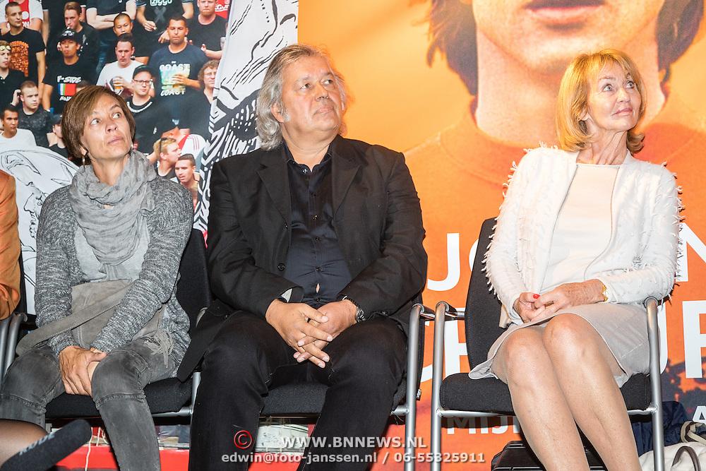NLD/Amsterdam/20161007 - Presentatie biografie over het leven van oud voetballer Johan Cruijff, dochter Susila, schrijver Jaap de Groot, vrouw Danny Cruijff - Coster