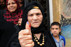 28.10.2015, Kairo, EGY, Parlamentswahl in &Auml;gypten, im Bild &Auml;gyptens B&uuml;rger bei den Parlamentswahlen // An Egyptian woman displays her inked finger after she casts her vote at a polling station of the runoff to the first round of the parliamentary elections in Cairo, Egypt on 2015/10/28. EXPA Pictures &copy; 2015, PhotoCredit: EXPA/ APAimages/ Amr Sayed<br /> <br /> *****ATTENTION - for AUT, GER, SUI, ITA, POL, CRO, SRB only*****