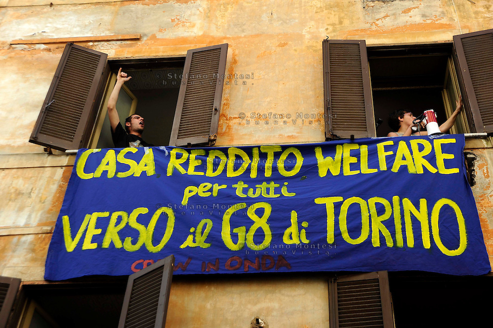 Roma 11 Maggio 2009.Manifestazione   C.Re.W. in Onda  con occupazione simbolica di un edificio  abbandonato in vicolo del Piombo  per rivendicare il diritto alla casa   al reddito e contro il G8 dell'Università che si terrà a Torino..C.asa Re.ddito W.elfare.Demonstration C.Re.W. in Onda with symbolic occupation of an abandoned building in vicolo del Piombo  to vindicate the right to the house to the income and against the G8 of the university that will be held in Turin.  .C.asa Re.ddito W.elfare.The banner reads:  house income welfare for everybody, toward the G8 in Turin